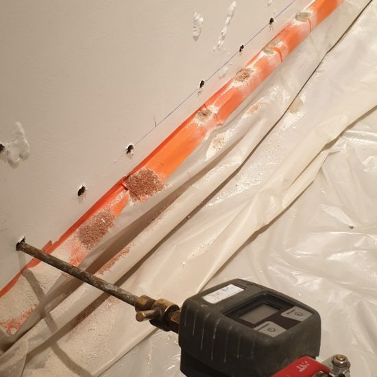 Traitement des remontées humides dans le smurs d'une maison à Saubrigues dans les Landes