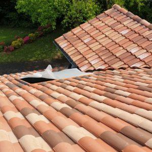 Nettoyage, démoussage des tuiles d'une maison à Saint Pierre d'Irube au Pays Basque