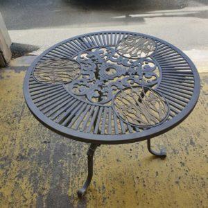 detecbois realise le decapage d'une table en métal par aérogommage