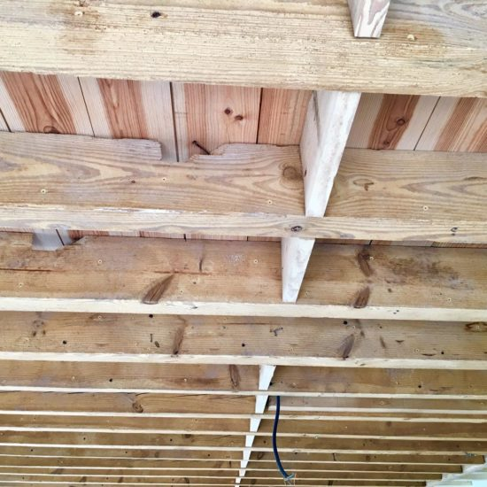 detec-bois réalise l'aerogommage des solives en bois pour les décaper sans produit chimique avant de les traiter contre les vrillettes et les capricornes à Bayonne au Pays basque