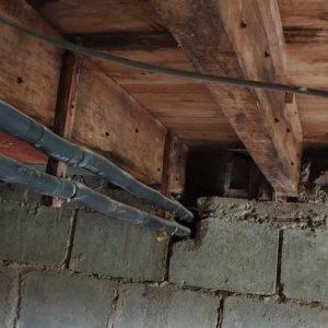 detecbois société de traitement des bois vient de traiter les solives en bois contre les vrillettes et les capricornes à Peyrehorade dans les Landes