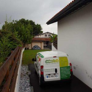 detec-bois installe des pièges anti-termites dans une maison à Anglet