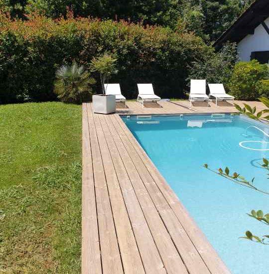 detec bois nettoyage des sols en bois autour d'une piscine