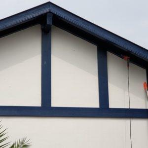 Traitement des avants-toit à Anglet contre les vrillettes et les capricornes