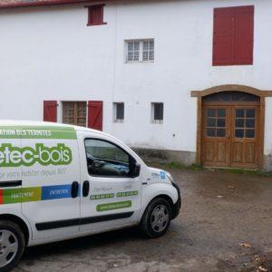 detec bois pose des pièges anti-termites autour d'une maison à Guéthary au Pays Basque